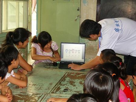 新农村 幼儿园/图为华电学生为孩子们教授奥运知识
