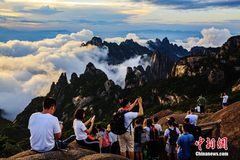 气势恢宏的云海景观,吸引许多游客观赏拍照. 叶永清 摄