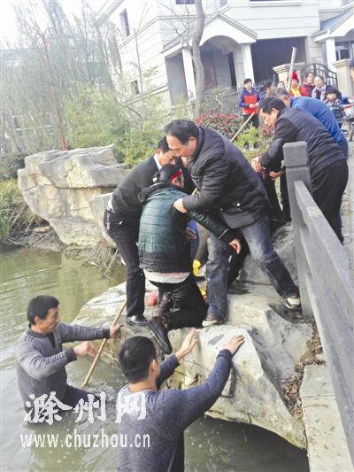滁州大学生村官勇救落水老太 手机都没来得及